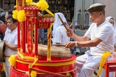 El tambor tradicional chino golpeado gente en dragón chino baila en la ciudad de Bangkok China Imágenes de archivo libres de regalías