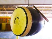 El tambor y el palo están colgando en el techo del pasillo del templo Para decir imagen de archivo