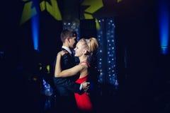 El tango del baile de Couple de novia y del novio Foto de archivo libre de regalías