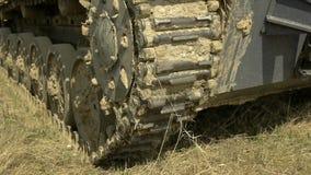 El tanque alemán de Segunda Guerra Mundial Primer de las orugas El tanque que se coloca en el fango almacen de video