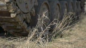 El tanque alemán de Segunda Guerra Mundial Primer de las orugas El tanque que se coloca en el fango almacen de metraje de vídeo