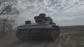El tanque alemán de Segunda Guerra Mundial viaja alrededor del vertido metrajes