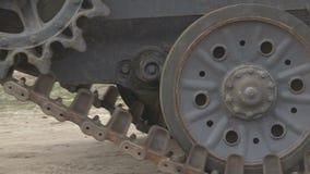 El tanque alemán de Segunda Guerra Mundial viaja alrededor del vertido almacen de metraje de vídeo