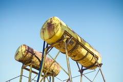 El tanque amarillo oxidado viejo de una fábrica abandonada Foto de archivo libre de regalías