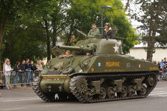 El tanque americano de la Segunda Guerra Mundial que desfila para el día nacional del 14 de julio, Francia Foto de archivo