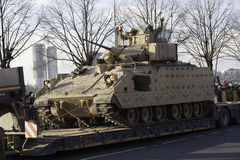 El tanque Bradley en el desfile militar en Letonia Foto de archivo libre de regalías