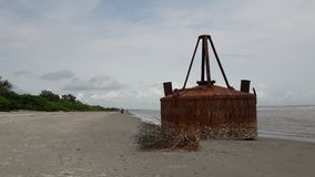 El tanque de aceite al lado de la sentada del río imágenes de archivo libres de regalías