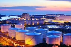 El tanque de aceite durante puesta del sol Imagenes de archivo