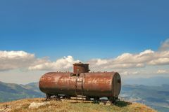 El tanque de aceite oxidado foto de archivo