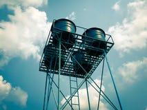 El tanque de agua azul en la torre en el agua fotos de archivo libres de regalías