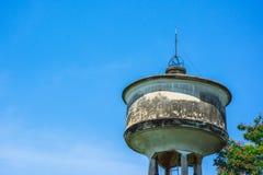 El tanque de agua concreto viejo foto de archivo