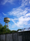 El tanque de agua, el tanque del abastecimiento de agua para la agricultura con el fondo del cielo azul Foto de archivo