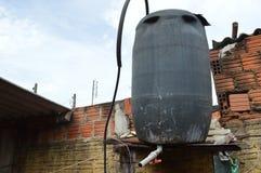El tanque de agua en casa imagenes de archivo