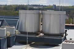 El tanque de agua en el tejado imagen de archivo