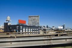 El tanque de agua, la cartelera, el cielo y los edificios en San Francisco ajardinan Imagenes de archivo