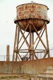 El tanque de agua oxidado en alcatraz imágenes de archivo libres de regalías