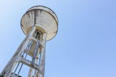El tanque de agua viejo Imágenes de archivo libres de regalías