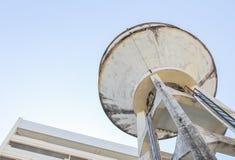 El tanque de agua viejo Foto de archivo libre de regalías