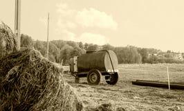 El tanque de agua viejo en un campo Fotos de archivo libres de regalías