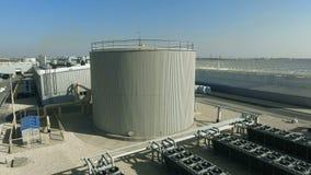 El tanque de agua y aire acondicionado industrial cercanos de invernadero almacen de metraje de vídeo