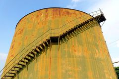 El tanque de almacenamiento abandonado vintage Imagen de archivo libre de regalías