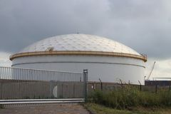 El tanque de almacenamiento en la refinería en Rotterdam para almacenar el aceite del combustible en los Países Bajos fotografía de archivo