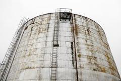 El tanque de almacenamiento industrial de aceite Imagenes de archivo