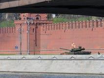 El tanque de Armata adornado con la bandera Imagen de archivo libre de regalías