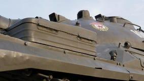 El tanque de batalla soviético en un pedestal en un parque almacen de metraje de vídeo