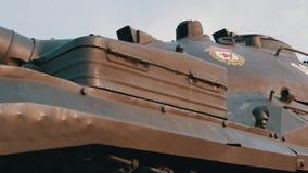 El tanque de batalla soviético en un pedestal en un parque metrajes