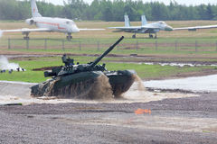 El tanque de batalla T-80 en las demostraciones de la técnica Fotos de archivo libres de regalías