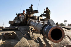 El tanque de ejército israelí cerca de la Franja de Gaza  Fotos de archivo