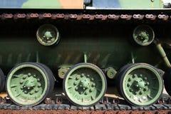 El tanque de ejército militar pisa el fondo Fotografía de archivo