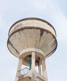 El tanque de fuente viejo del tanque de agua para la agricultura con el fondo del cielo azul Fotos de archivo libres de regalías