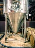 El tanque de la destilación en Microbrewery imagenes de archivo