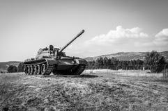 El tanque de la guerra en un campo Imágenes de archivo libres de regalías