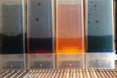 El tanque de la tinta del color para la máquina de la impresora, el dispositivo de tinta-abastecimiento para el hogar o el uso de Fotos de archivo