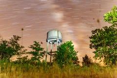 El tanque de la vía láctea y de agua en la naturaleza Fotografía de archivo libre de regalías