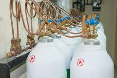 El tanque de oxígeno médico en sala de control del hospital Imagenes de archivo