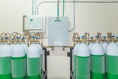 El tanque de oxígeno médico en sala de control del hospital Fotografía de archivo
