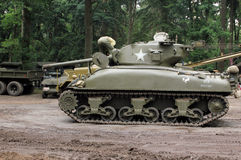 El tanque de Sherman que comienza encima del motor Fotografía de archivo