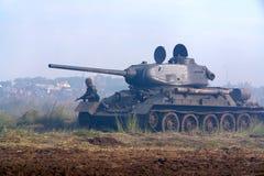 El tanque de WWII, funcionamiento del soldado, en la acción. Imagenes de archivo