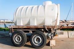 El tanque del abastecimiento de agua en las ruedas Foto de archivo