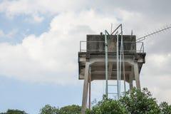 El tanque del abastecimiento de agua viejo para la agricultura con el fondo del cielo azul Foto de archivo