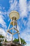 El tanque del abastecimiento de agua y cielo hermoso Foto de archivo