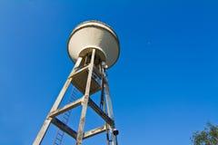 El tanque del abastecimiento de agua y cielo hermoso Fotografía de archivo libre de regalías