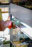 El tanque del pez de colores en la tienda de animales fotografía de archivo libre de regalías