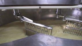 El tanque del producto lácteo con el contenido metrajes