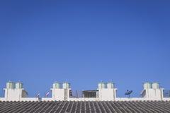 El tanque del tejado y de agua con el cielo azul Imagen de archivo libre de regalías