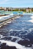El tanque del tratamiento de aguas con aguas residuales Imagen de archivo libre de regalías